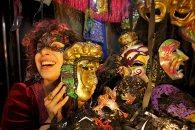 Unas de las artesanas de Las Dalias muestra sus máscaras. Foto: Joan Costa