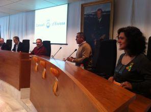 Bancada de l'oposició i, al fons, la taula amb elpresident del Consell iels vicepresidents. Foto: D.V.