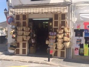 La cestería de Vicenta Ribas fue uno de los primeros establecimientos que abrió en la calle de la Cruz.