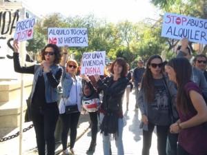 Las pancartas aluden a la problemática de encontrar un piso a buen precio. Foto: Luciana Aversa