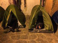 Anoche, los desocupados montaron algunas tiendas de campaña en la calle.