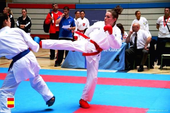 Cristina Ferrer lanza una patada durante una competición internacional de kumite.