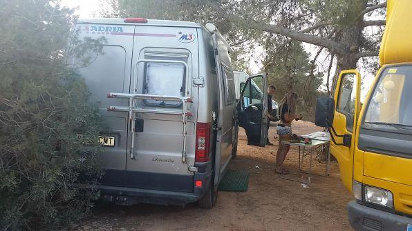 La Policía Local de Sant Josep desmantela varios asentamientos en la zona del Parque Natural de ses Salines.