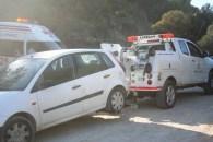 La grúa se lleva un coche mal aparcado cerca de la costa.