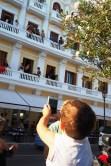 Un joven también quiso emular con el móvil al fotógrafo.