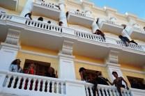 Una imagen desde el suelo de la fachada del hotel.