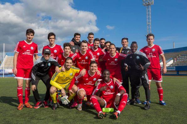 Los jugadores de la UD Ibiza posan tras la conquista del título. Foto: Paco Natera (Fútbol Pitiuso)