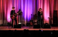 Juan Aguirre y Eva, Amaral, sobre el escenario. Foto: Toni Escobar