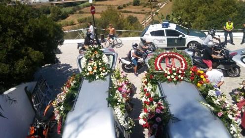 Los motoristas han pasado por delante de los vehículos fúnebres haciendo rugir sus motores.