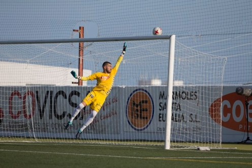 Dennis, en un partido de Liga. Foto: Paco Natera (Fútbol Pitiuso)