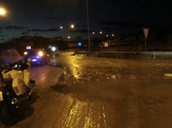 Imagen de la carretera de Sant Antoni inundada por la rotura de la tubería.Foto: Consell d'Eivissa