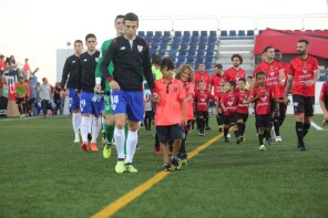 Los dos equipos en el municipal del Formentera. Foto: Toni Escobar