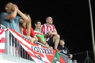 Un aficionado del Athletic de Bilbao en el campo municipal del Formentera. Foto: Toni Escobar