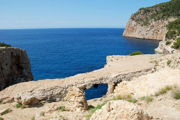 El puente de roca natural de Cala Aubarca, incluido en el informe del Grupo de Rescate Vertical de Bomberos de Ibiza.
