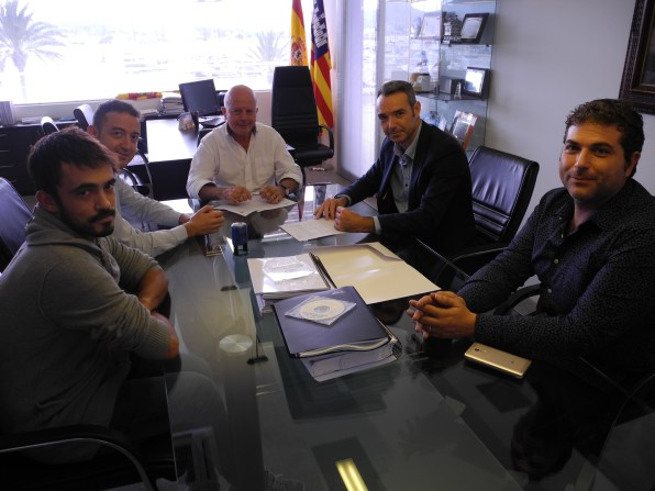 Responsables de la nueva contrata de limpieza se han reunido hoy con el alcalde y el concejal de Sant Antoni, Pep 'Cires' y Pablo Valdés.