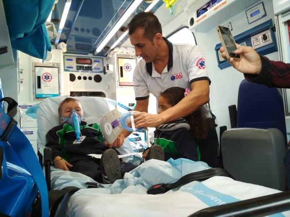 Alumnos del colegio Mestral visitando las ambulancias del 061