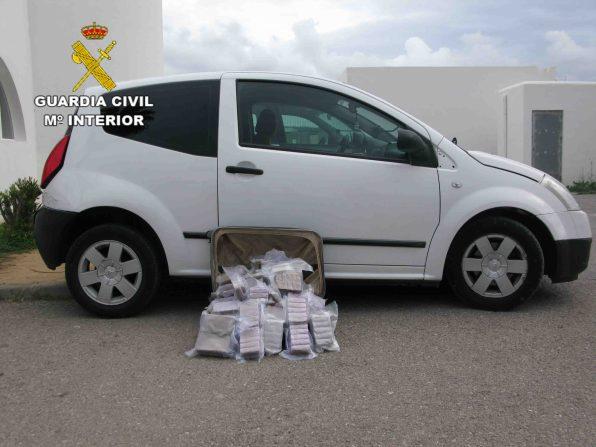 La Guardia Civil intercepta en Sant Antoni un vehículo con 30 kilos de hachís.