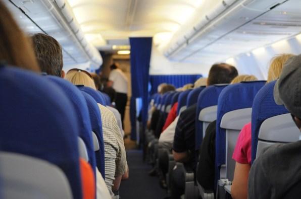 Pasajeros dentro de un avión.