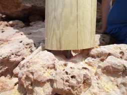 Puntales fijados del chiringuito de Cala Gració a la roca. FOTO AMICS DE LA TERRA