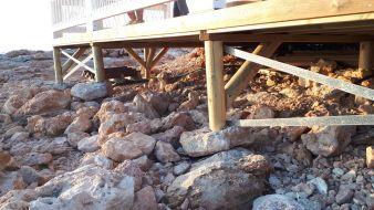 Puntales del chiringuito de Cala Gració a la roca. FOTO AMICS DE LA TERRA