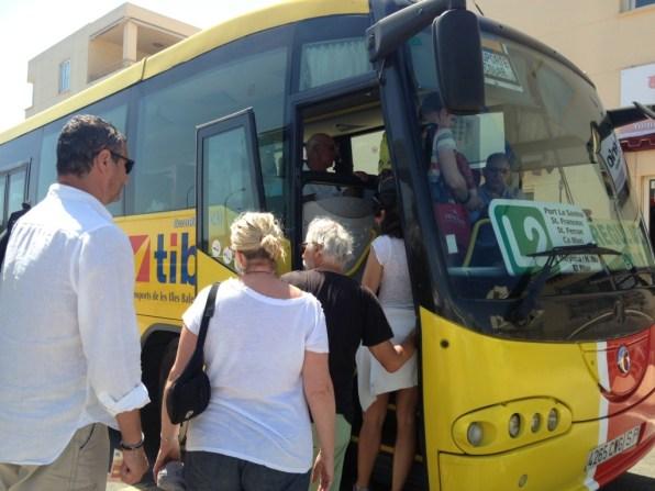 Usuaris pugen a un bus. Consell Formentera.
