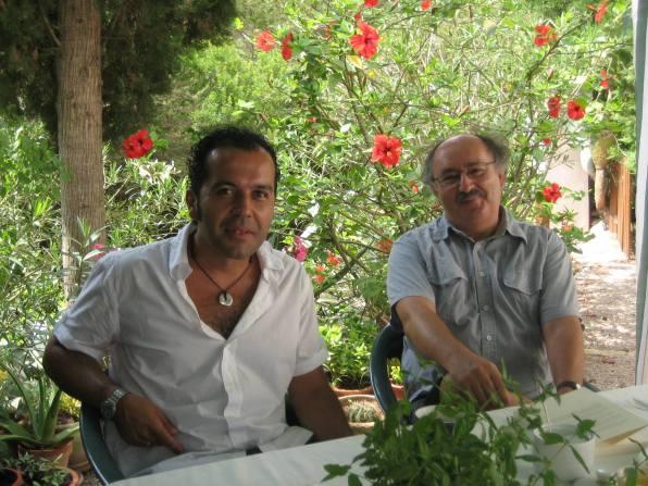 El escritor Alfredo Rodríguez (izq) y Antonio Colinas en a la casa de Can Furnet