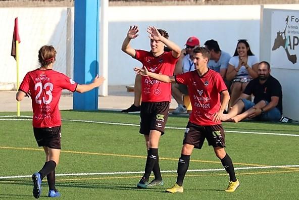 Jugadores del Formentera celebran uno de los dos goles logrados en el partido