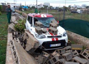 Un muro ha caído sobre un coche al paso del cap de fibló.
