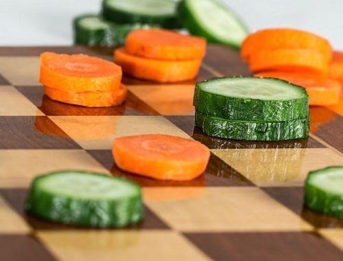 jeu de dames avec des concombres et carottes