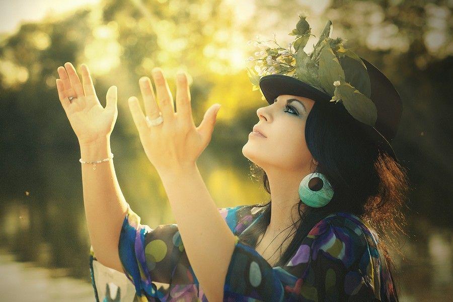 femme remerciant le ciel