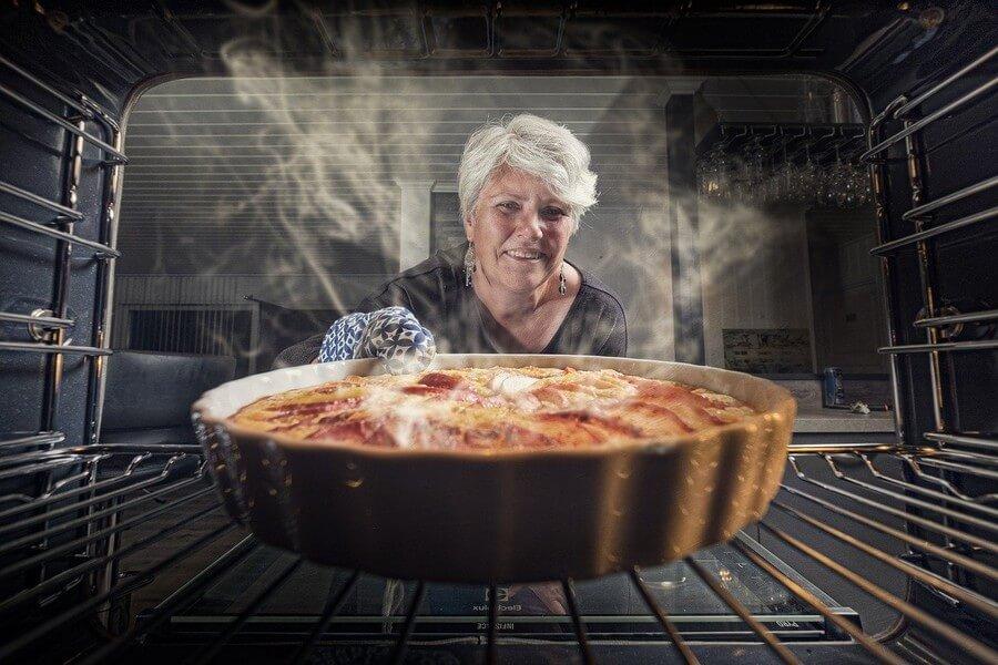 femme qui sort une tarte du four