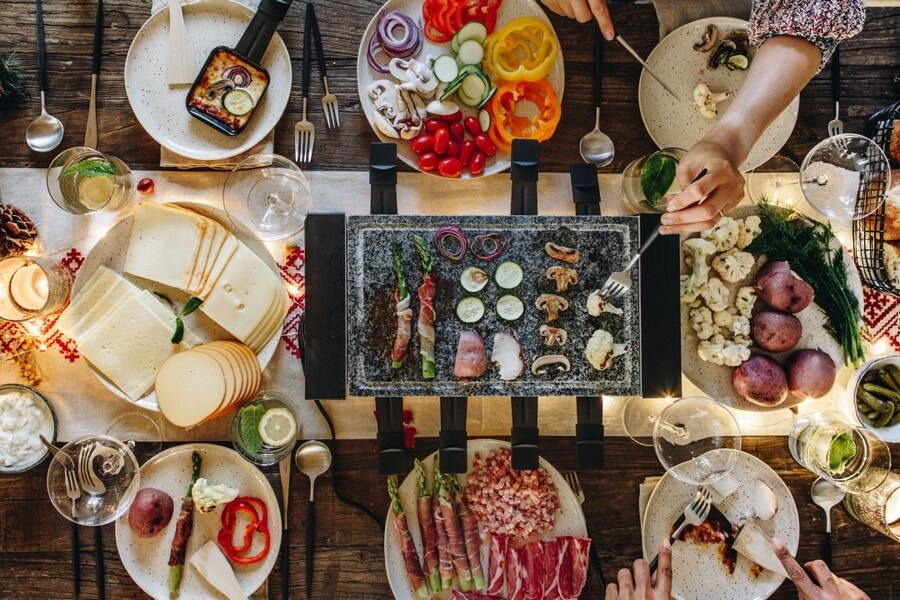 raclette avec des légumes et autres aliments