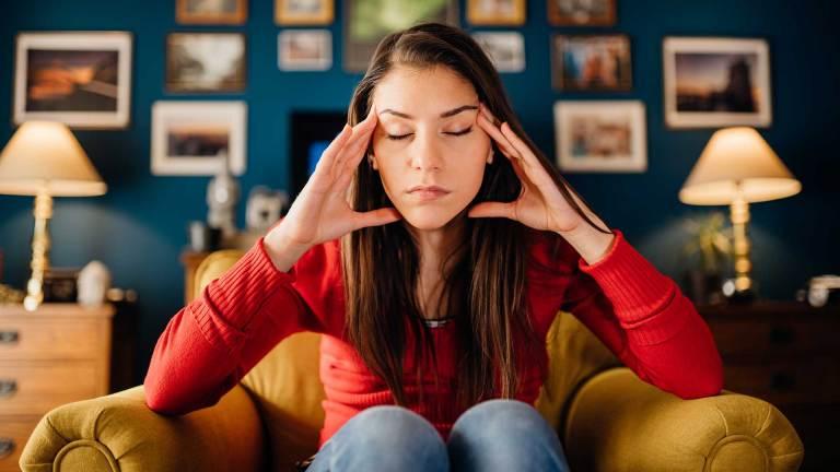 Devojka-Koja-Sedi-Na-Fotelji-I-Razmislja-Koncentracija-Nouvellune-Zynamik-Kako-Lako-Ojacati-i-Poboljsati-Koncentraciju-i-Fokus