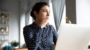 Fokusirana Devojka Razmislja Laptop Zynamik Nouvellune