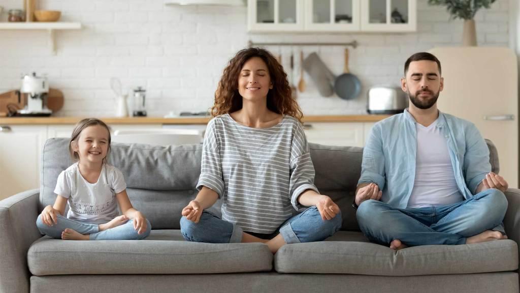 Porodica-na-Kaucu-Sedi-Meditira-Koncentracija-Mama-Tata-Cerka-Sivi-Kauc-Nouvellune-Zynamik