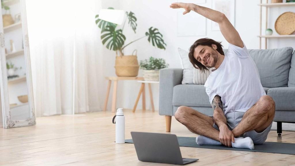 5 Joga Vežbi Za Bolju Koncentraciju Muškarac Radi Jogu Kući Zynamik Nouvellune