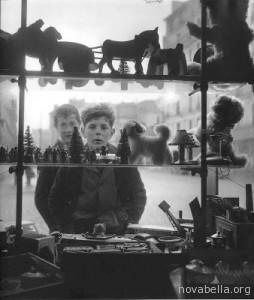 1947+Robert_Doisneau_Shop_Window,_1947
