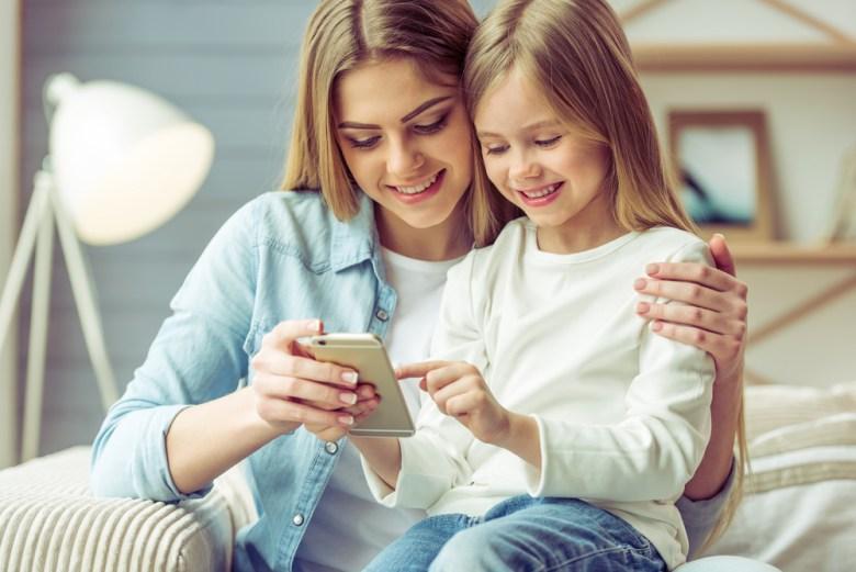 mama i dziewczynka ze smartfonem