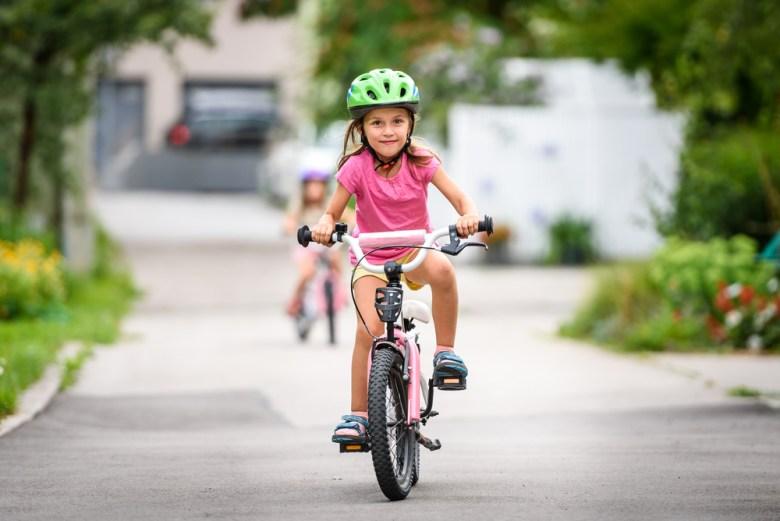 dziewczynka. na rowerze