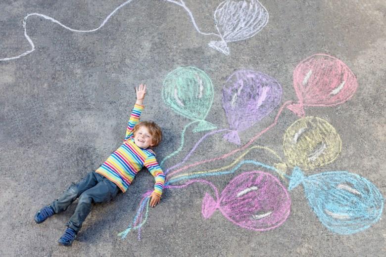dziecko rysujące kredą
