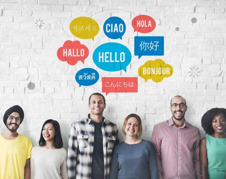 ludzie z różnych kultur mówiący w różnych językach