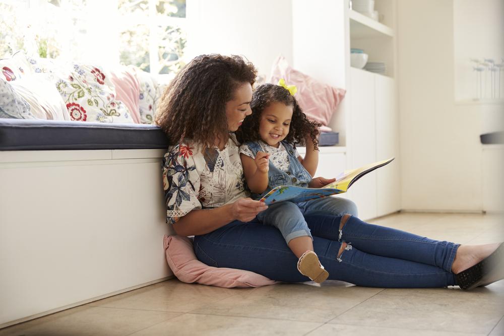 matka czytająca książkę z córką