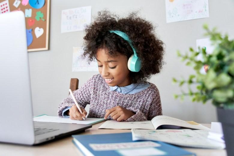 dziecko uczące się przy muzyce