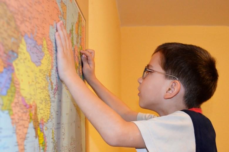 chłopiec z mapą świata