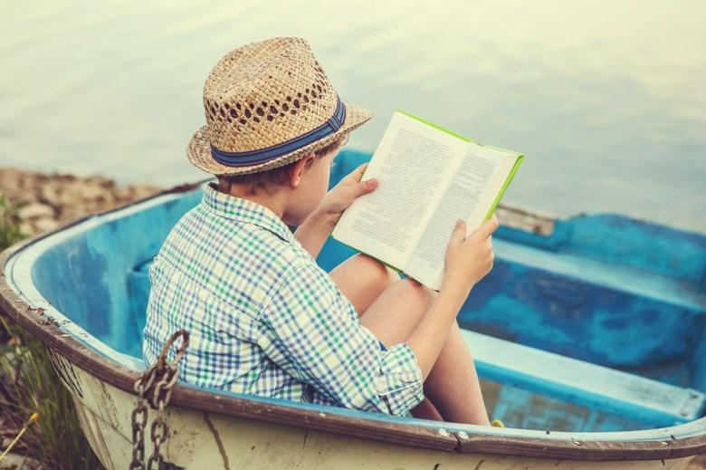 dziecko uczące się w wakacje