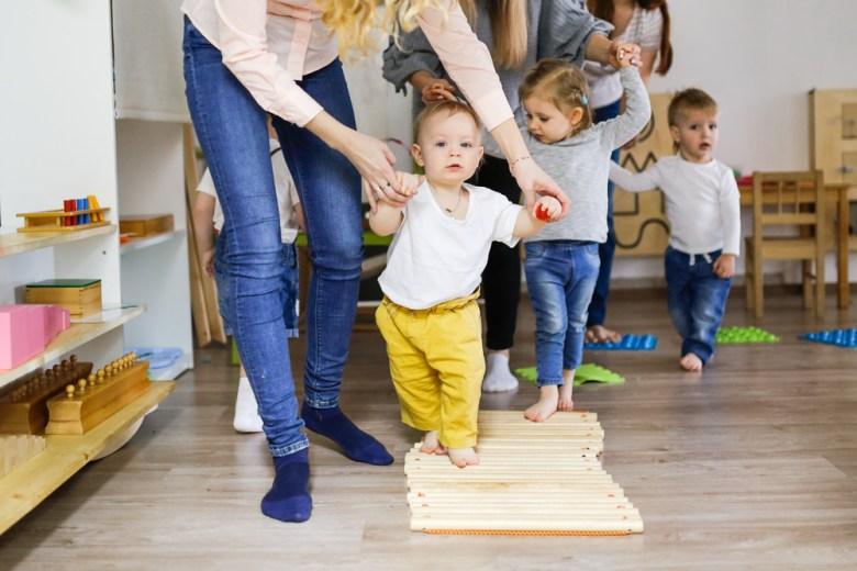 zabawy sensoryczne - ścieżka sensoryczna