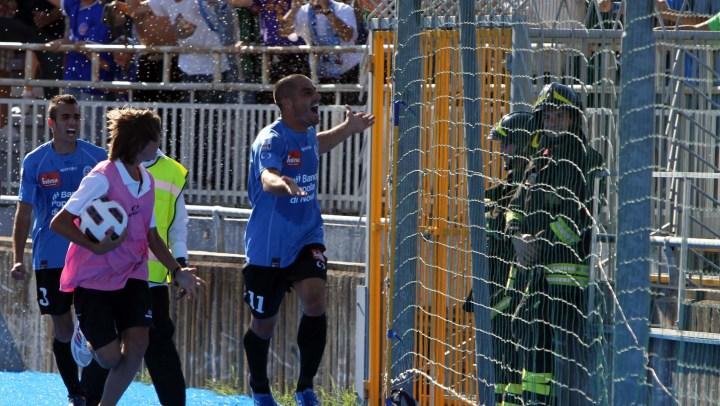NOVARA vs GROSSETO 2-1 DOPPIETTA DI CRISTIAN BERTANI nella foto il secondo gol e l'esultanza