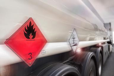 Utilisation de l'IA dans le transport de liquides explosifs sur le contrôle des risques pour des véhicules connectés