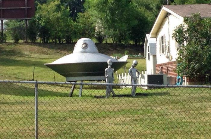 «Интерестно, это декорации или соседи, наконец-то, улетают на свою планету?»