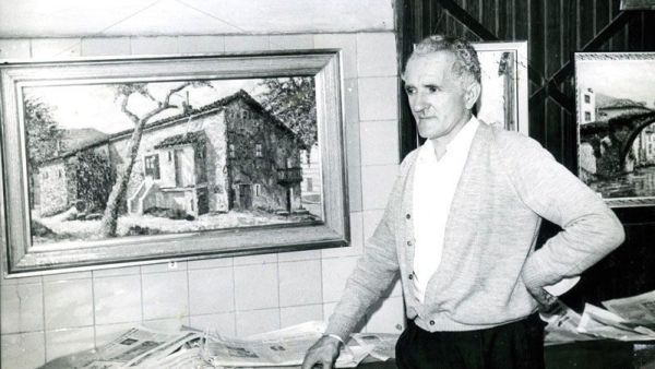 """Santi Rodríguez junto a una pintura que refleja el caserío """"El Charro"""" de Sestao en 1968"""